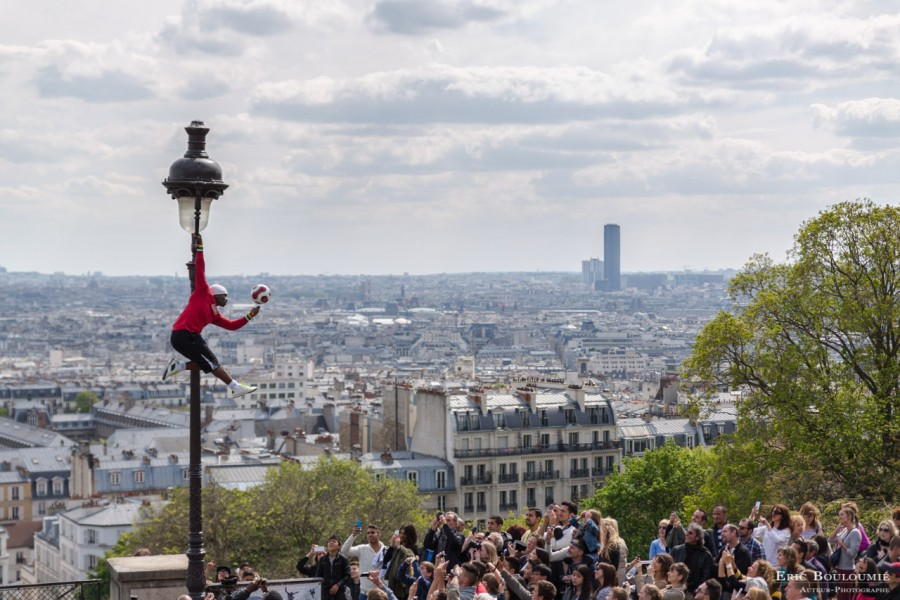 France, Paris (75), Paris, acrobate sur le parvis de la Basilique du Sacré-Cœur. Photographie professionnel d'un reportage réalisé pour une illustration