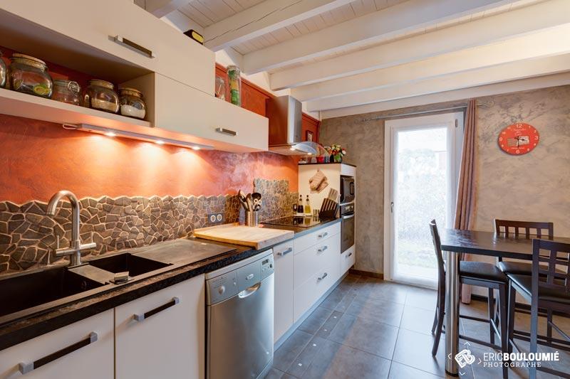 Photographe immobilier : Cuisine d'une maison T5 sur canéjan