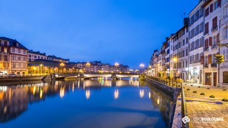 Photographe professionnel d'illustration : France, Pyrénées-Atlantiques (64), Bayonne, point de vue sur la ville depuis les bords de La Nive.