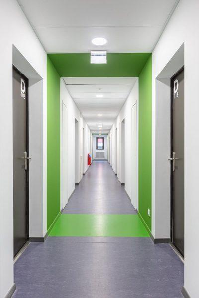 couloir d'un bâtiment étudiant photographié par un photographe d'architecture